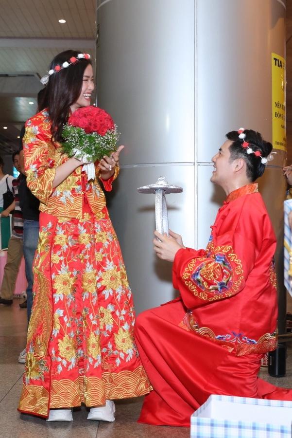 Đông Nhi - Ông Cao Thắng được fan tổ chức đám cưới tại sân bay-3