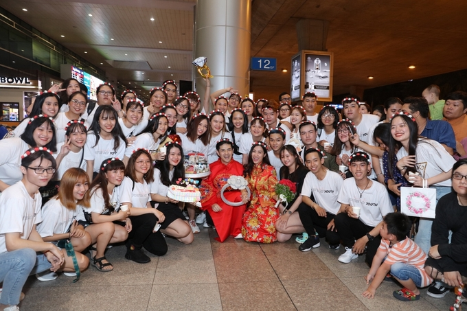 Đông Nhi - Ông Cao Thắng được fan tổ chức đám cưới tại sân bay-6
