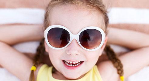Cho trẻ đeo kính râm giá rẻ: Cẩn thận kẻo 'tiền mất tật mang'