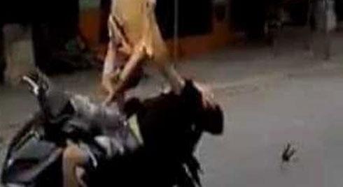 CSGT bị đâm hất tung, chiến sĩ chạy xe máy sau đối tượng chỉ 'vô tình đi ngang qua'
