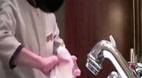 Nhân viên lấy khăn tắm lau bồn cầu, khách sạn 5 sao dùng chip để kiểm soát