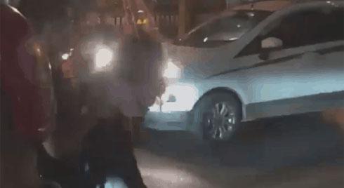 """Cô gái đòi lao đầu vào ô tô, đám đông náo loạn hét lớn: """"Trói lại, gọi công an đi"""""""