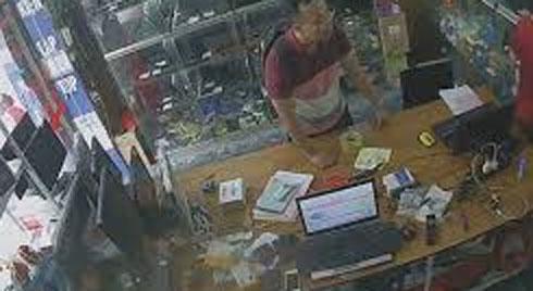 Chủ cửa hàng bối rối trước thủ đoạn trộm điện thoại tinh vi của nam thanh niên