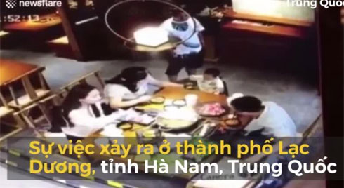 Bắt bặp vợ đi ăn với nhân tình, chồng hất cả nồi lẩu đang sôi sùng sục vào mặt nam thanh niên ở Trung Quốc