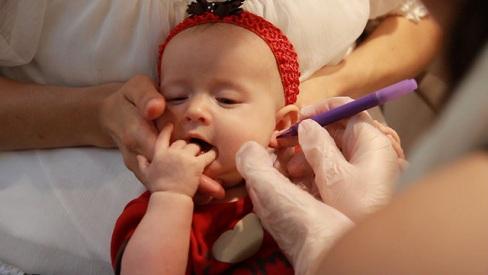 Xỏ lỗ tai cho bé mẹ nên chú ý những điều gì?