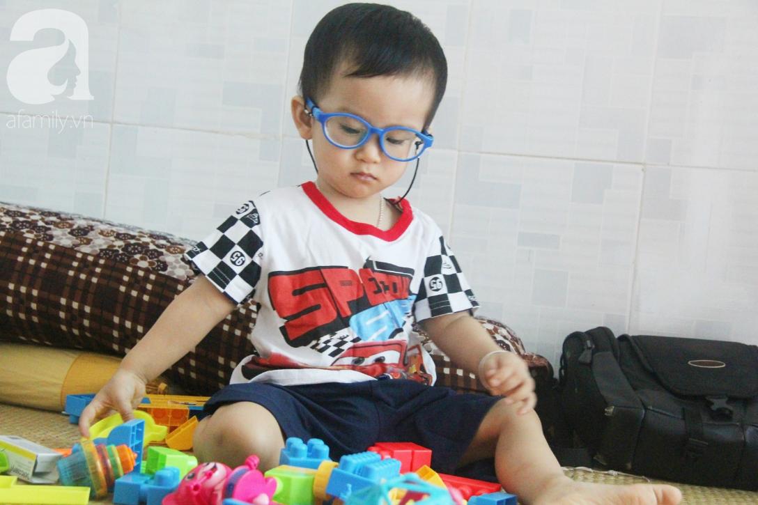 Sau 1 năm chạy chữa, bé Gia Anh đã hết kinh phí, người mẹ trẻ cầu xin mọi người giúp con trai thoát khỏi cảnh mù lòa-5