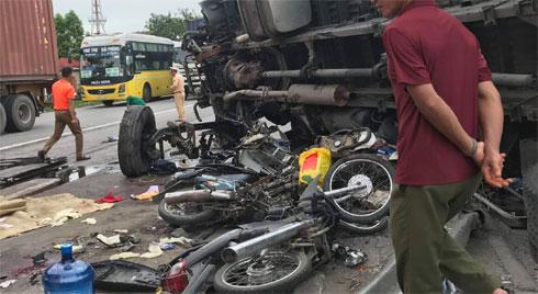 Danh tính các nạn nhân tử vong do ô tô tải lật, đè trúng khi đang đứng xem tai nạn ở Hải Dương