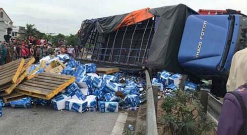 Clip: Giây phút kinh hoàng xe tải đâm vào dòng người đợi sang đường khiến 5 người chết tại chỗ