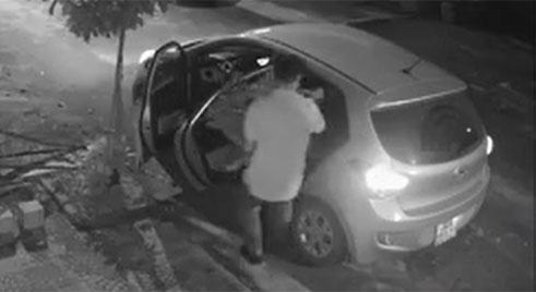 Clip: Người đàn ông lái xe ô tô đi... trộm chậu cây cảnh trong đêm