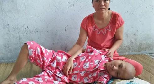 Khốn khổ cảnh gia đình 2 mẹ con ung thư chăm nhau