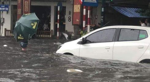 Nhiều tuyến phố Hà Nội ngập lụt, hàng loạt xe chết máy sau trận mưa lớn trưa nay