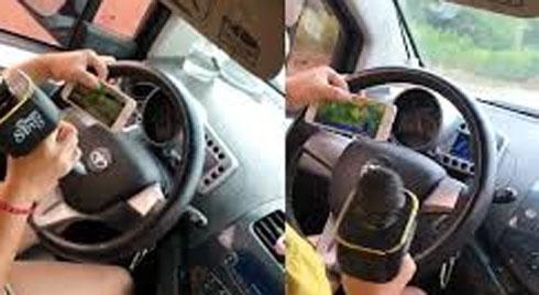 Vừa lái ô tô, nữ tài xế vừa cầm điện thoại, hát karaoke