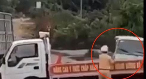 Bị truy đuổi, tài xế xe khách liều mạng tông thẳng vào xe CSGT chặn đường, hất bay chiến sĩ hàng chục mét