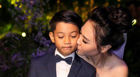 Đàm Thu Trang diện váy cô dâu hôn má con trai riêng của chồng - bé Subeo cực đáng yêu