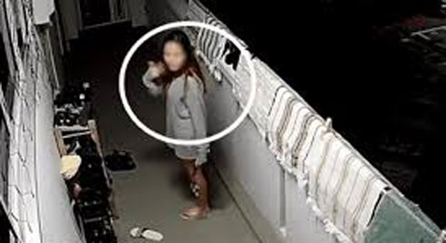 Clip: Lén lút trộm giày phòng bên, gái xinh xấu hổ khi phát hiện camera chĩa thẳng vào mặt