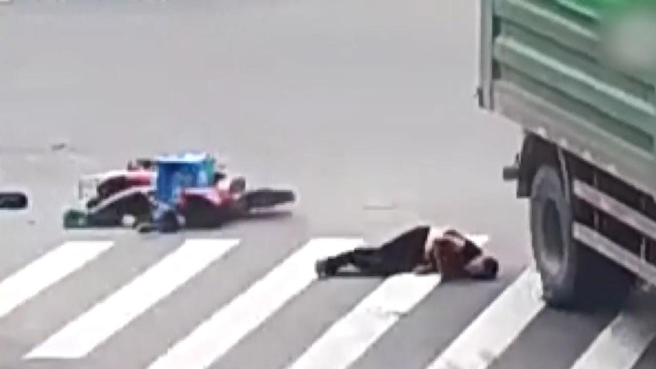 Bị xe tải cán qua đầu, người đàn ông sống sót thần kỳ nhờ mũ bảo hiểm