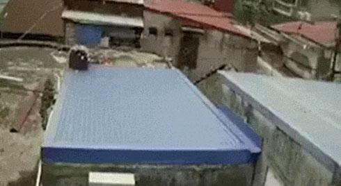 Clip: Camera an ninh tiết lộ khoảnh khắc 2 người bay ra ngoài sau tiếng nổ lớn ở Hải Phòng