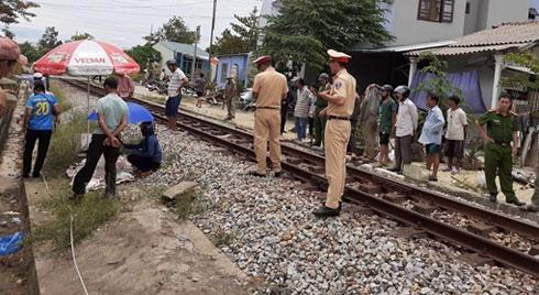 Clip: Kinh hoàng giây phút người đàn ông bị tàu hỏa tông tử vong khi băng qua đường ray