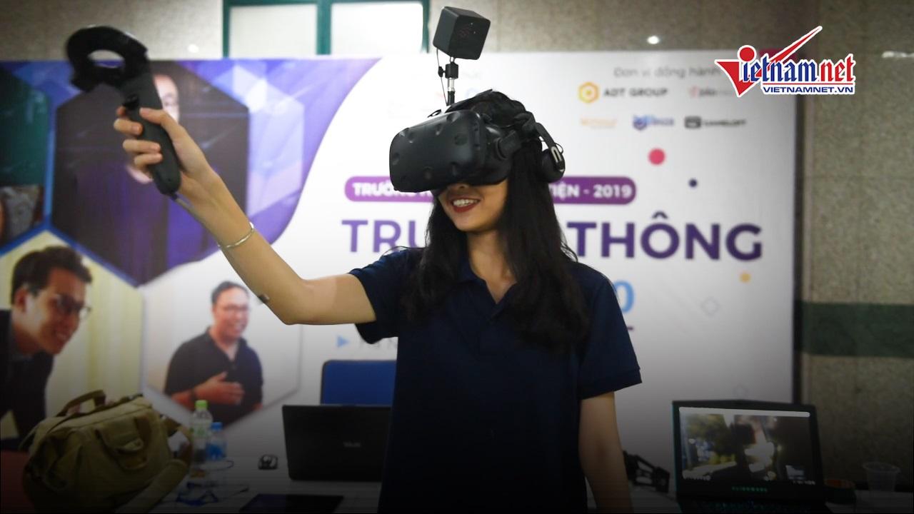 Học sinh, sinh viên thử cảm giác 'thót tim' với công nghệ thực tế ảo