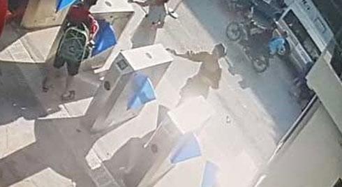Clip: Đau đớn nhìn khoảnh khắc bé 6 tuổi bị trường quốc tế bỏ quên tử vong trong xe được bế ra ngoài