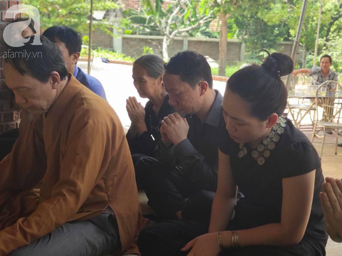 Đám tang đẫm nước mắt của bé trai lớp 1 tử vong vì bị bỏ quên trên xe ô tô đưa đón: Bố mẹ khóc nấc, thẫn thờ trước di ảnh con-4