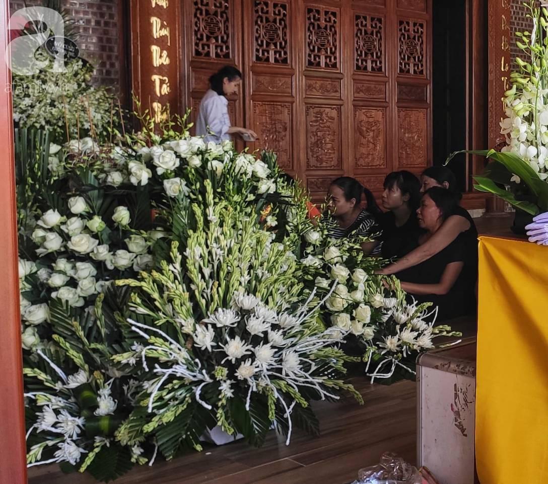 Đám tang đẫm nước mắt của bé trai lớp 1 tử vong vì bị bỏ quên trên xe ô tô đưa đón: Bố mẹ khóc nấc, thẫn thờ trước di ảnh con-8