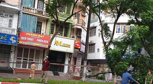 Hà Nội: Trời mưa lớn khiến cây xanh ngã đổ, một nam thanh niên tử vong khi di chuyển trên đường
