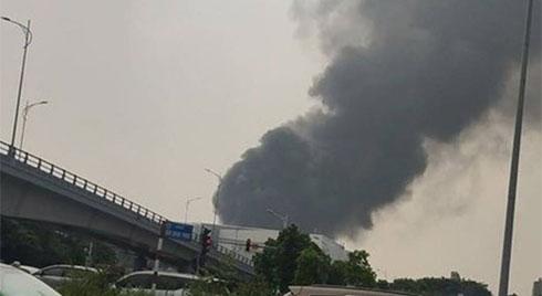 Cháy dữ dội gần AEON Mall Long Biên khiến hàng trăm người hoảng loạn tháo chạy