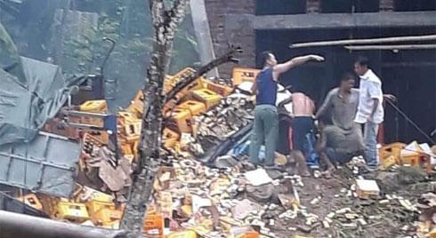 Tai nạn kinh hoàng, xe tải chở bia tông vào cột bê tông khiến 2 người tử vong tại chỗ
