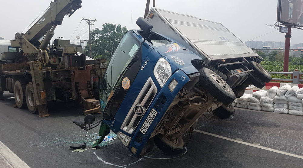 Tai nạn liên hoàn 6 ô tô: Xe tải lật đè xe con, cầu Thanh Trì ùn dài-2
