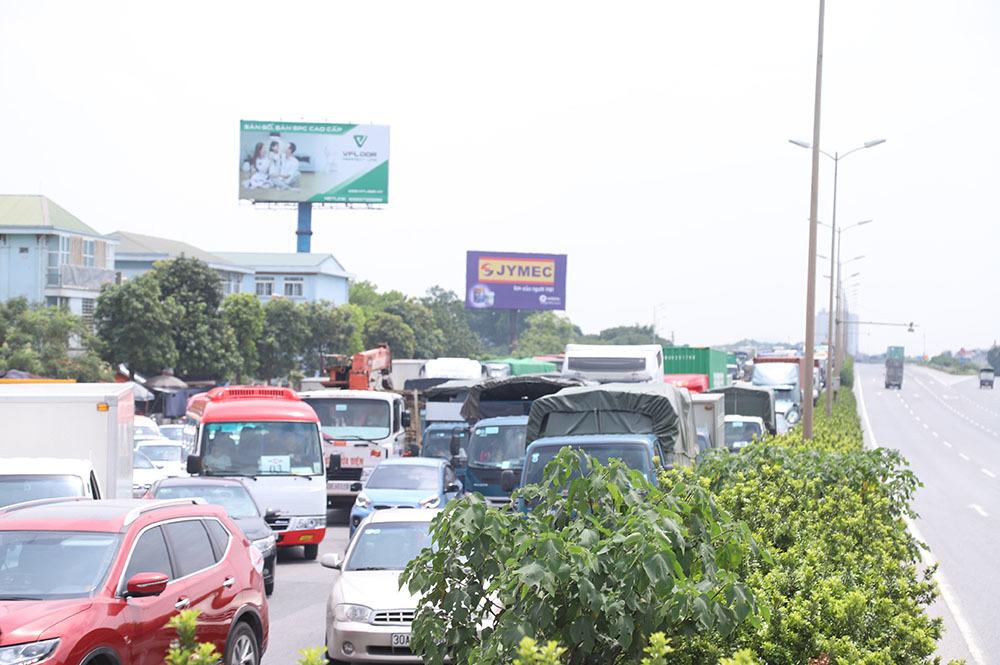 Tai nạn liên hoàn 6 ô tô: Xe tải lật đè xe con, cầu Thanh Trì ùn dài-9