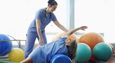 Các bài tập trị liệu hồi phục tay và cánh tay cho người bị đột quỵ