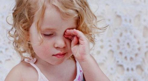4 bí quyết giúp điều trị và phòng đau mắt đỏ cho trẻ