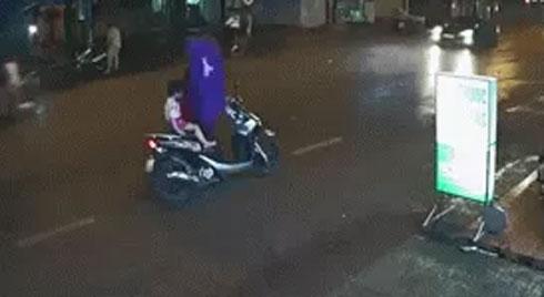 Dừng xe giữa đường mặc áo mưa, người phụ nữ đẩy con nhỏ vào tình huống nguy hiểm