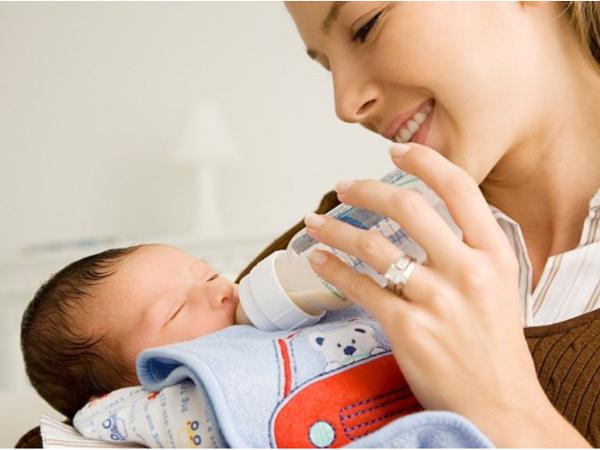 Hướng dẫn cách cho bé sơ sinh bú đúng chuẩn hạn chế sặc sữa-3