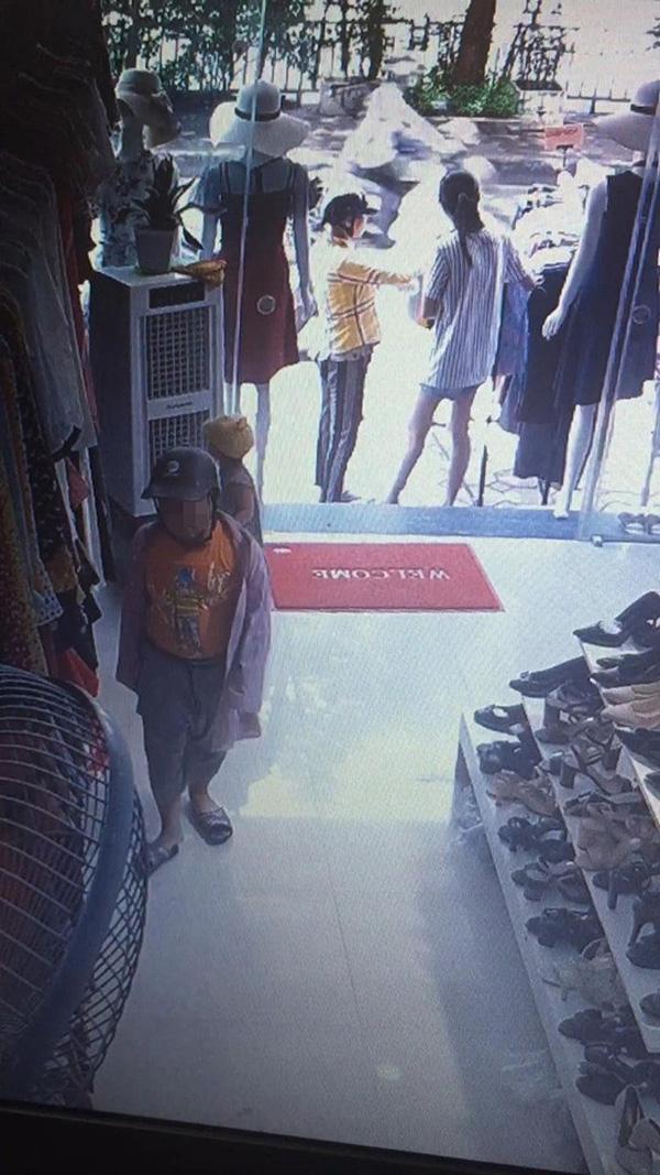 Xôn xao đoạn clip mẹ giả vờ xem đồ, xúi con nhỏ trộm điện thoại trong shop quần áo-1