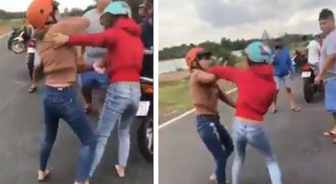 Hai cô gái đánh nhau như phim ngay giữa đường, bạn bè đứng ngoài hò reo, cổ vũ?