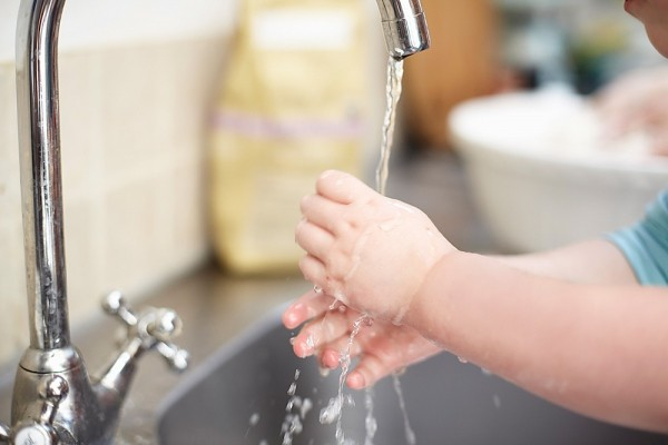 Hướng dẫn chăm sóc trẻ bị bệnh tay chân miệngđơn giản tại nhà-2