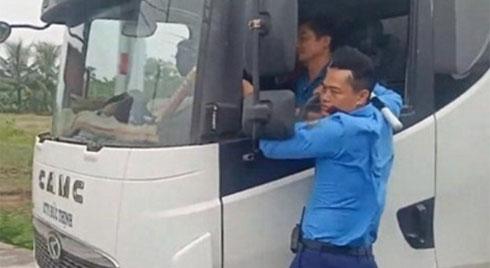 CLIP: Thanh tra giao thông bám vào cửa xe tải, tài xế vẫn nhấn ga lao vun vút