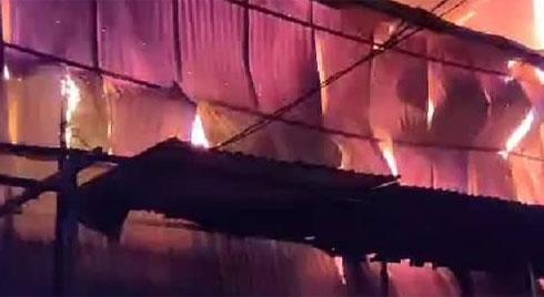 Hà Nội: Đang cháy rất lớn tại nhà máy phích Rạng Đông, hàng trăm người ôm đồ tháo chạy