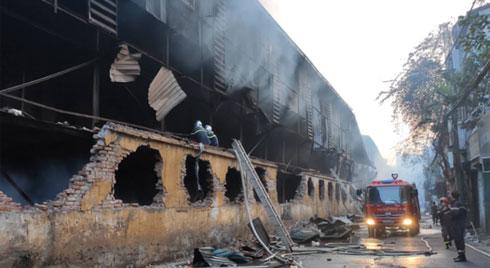 Sau một đêm cháy kinh hoàng tại Công ty Rạng Đông, cả khu phố Hạ Đình vẫn chìm trong khói đen mù mịt