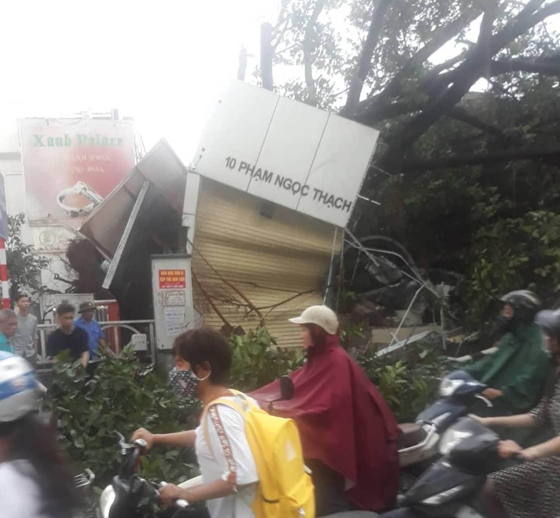 Bão số 4 đang di chuyển vào đất liền, Hà Nội mưa gió khủng khiếp, đã có 1 người chết do cây xanh đè trúng-22