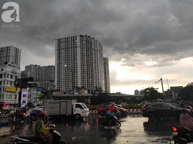 Bão số 4 đang di chuyển vào đất liền, Hà Nội mưa gió khủng khiếp, đã có 1 người chết do cây xanh đè trúng-14