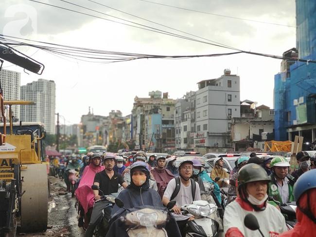 Bão số 4 đang di chuyển vào đất liền, Hà Nội mưa gió khủng khiếp, đã có 1 người chết do cây xanh đè trúng-19