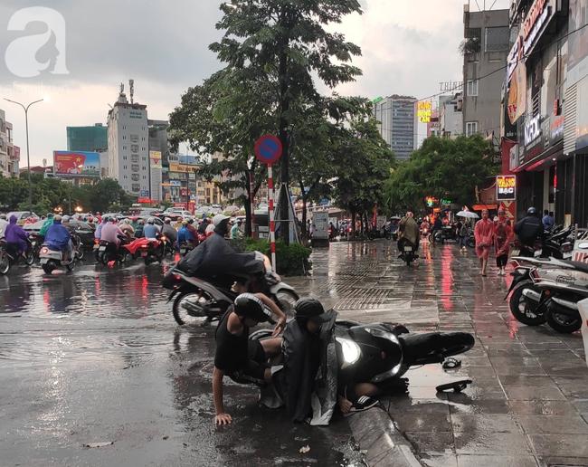 Bão số 4 đang di chuyển vào đất liền, Hà Nội mưa gió khủng khiếp, đã có 1 người chết do cây xanh đè trúng-16