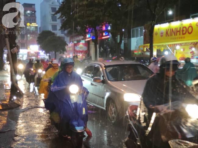 Bão số 4 đang di chuyển vào đất liền, Hà Nội mưa gió khủng khiếp, đã có 1 người chết do cây xanh đè trúng-1