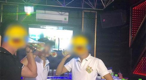 """Đi công tác tiện ghé hát karaoke, nào ngờ anh chồng bị vợ phát hiện cặp kê với mấy em """"đào"""" vì chi tiết khó lường trên bức ảnh"""