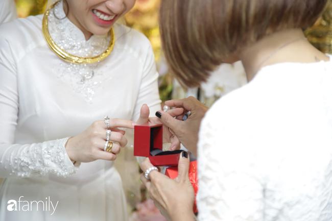 Toàn cảnh lễ đưa dâu bằng dàn siêu xe hơn 100 tỷ của con gái đại gia Minh Nhựa, quà cưới toàn vàng, kim cương đeo đỏ tay-21