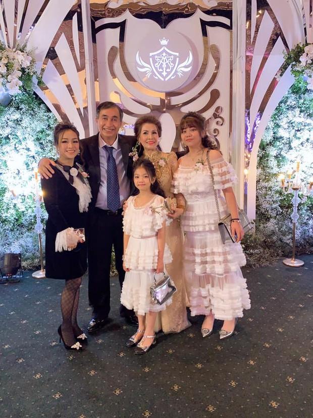 Vợ cũ Minh Nhựa đăng ảnh dự lễ cưới con gái ruột, dân tình có lời khen ngợi nhan sắc nhưng vẫn thắc mắc sao không chụp cùng cô dâu?-1