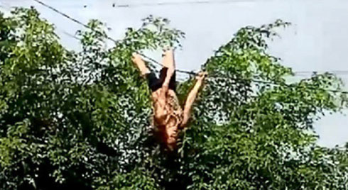 """Người phụ nữ đánh đu trên dây điện, dân hoảng sợ đứng dưới hô """"nhảy đi"""""""
